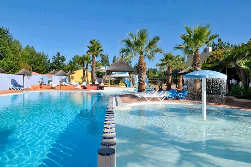 Parque acu tico tropical con toboganes en el c mping for Camping con piscina cubierta