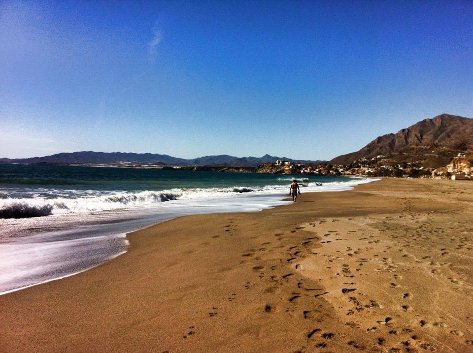 camping playa de mazarrón, hermosa playa de arena y bonita piscina